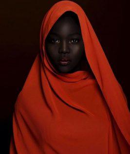 عارضة الازياء السمراء السودانية نياكيم غاتويش تهز عرش ملكات الجمال من البيض